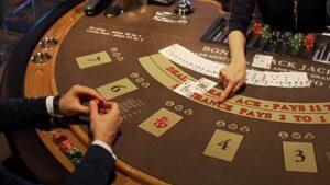 en man spelar ett casinospel